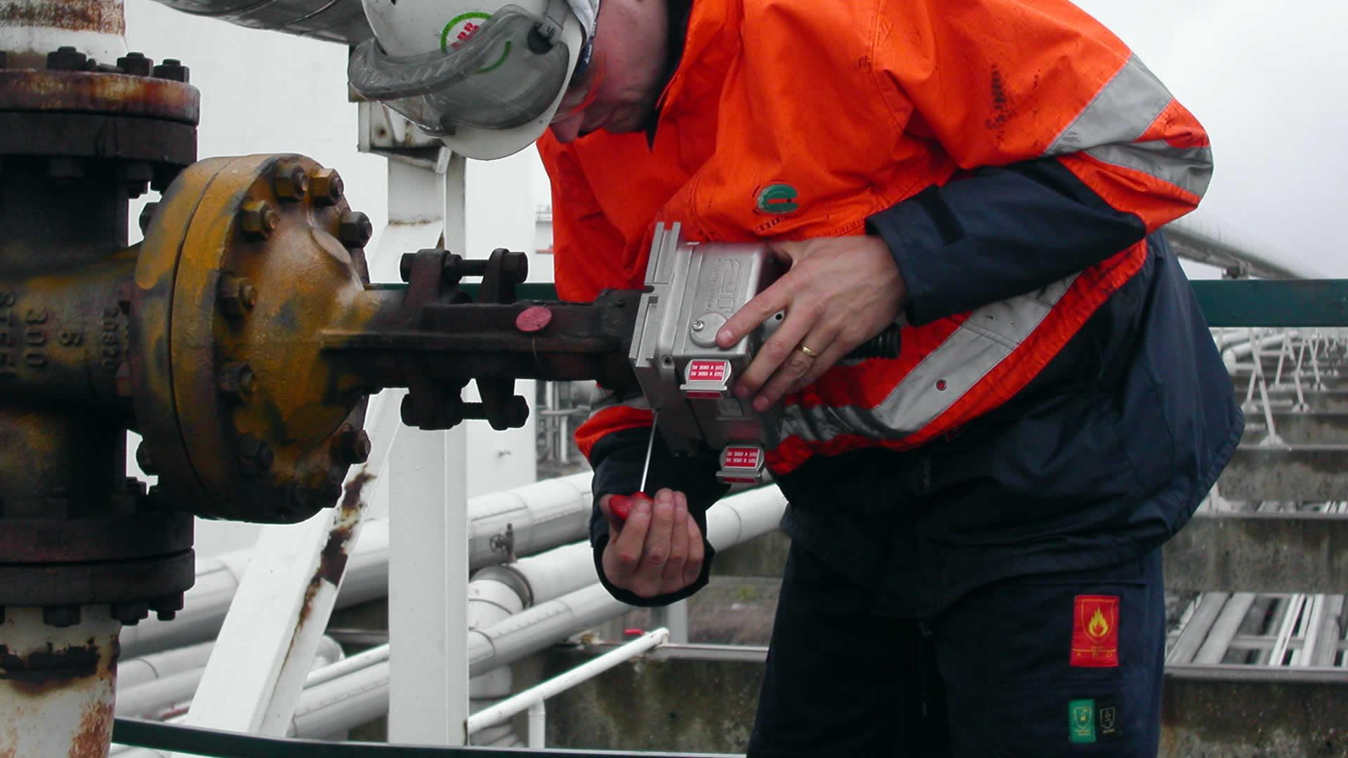 Installation of a valve interlock on a manual valve