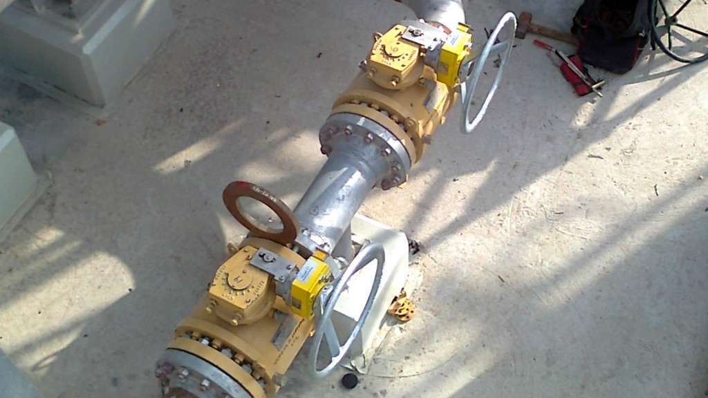 Valve interlocks on gearbox valves
