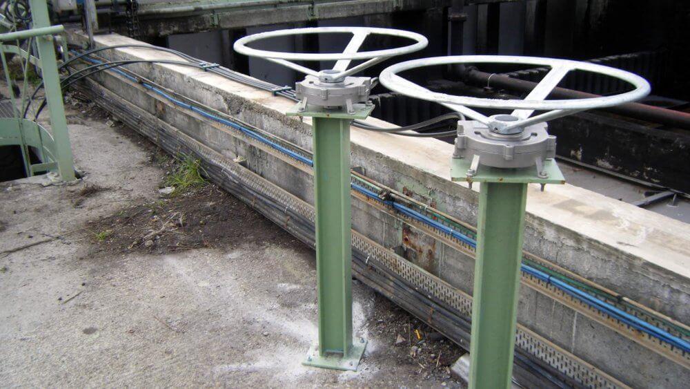 Remote valve operator for hard-to-reach valves